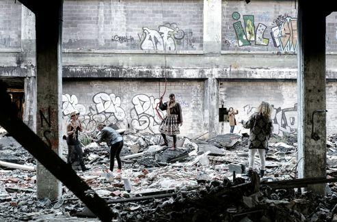 Au milieu des gravats de la Packard Automotive Plant, l'une des rares ruines industrielles encore accessibles au public, le groupe Pegasus Warning tourne un clip.