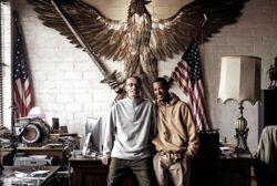 Fils d'un GI et d'une Allemande, Carl Nielbock habite avec son fils Keenan auquel il enseigne l'art du fer forgé, tout en innovant.
