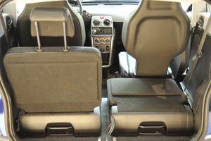 Les dossiers avant sont échancrés pour permettre aux passagers arrière de glisser leurs jambes de part et d'autre des sièges.