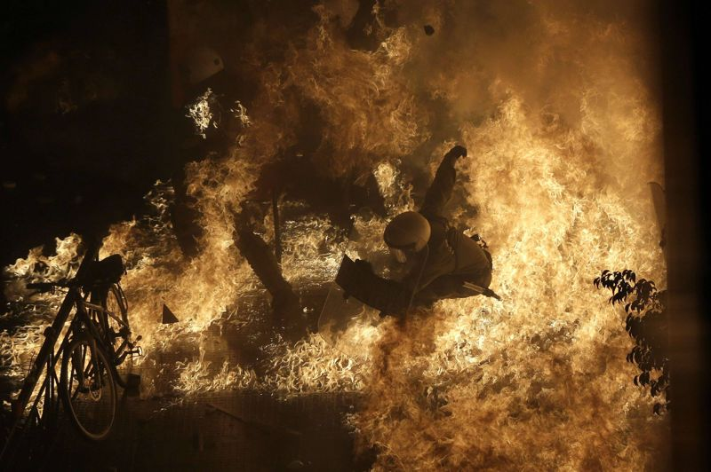 <strong>Flambée de protestations. </strong>Un policier anti-émeute est englouti par les flammes d'un cocktail Molotov devant le parlement grec. Les 70.000 athéniens descendus dans la rue mercredi n'ont pas empêché le vote du nouveau plan de rigueur. Le gouvernement de coalition est soumis à rude épreuve en ce second jour de grève nationale, écartelé entre la pression des manifestants et celle des bailleurs de fonds qui réclament toujours plus d'économies budgétaires, si le pays veut conserver sa place dans la zone euro.