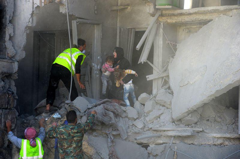 <strong>In extremis</strong>. Des sauveteurs syriens viennent en aide à une femme et ses deux enfants dans la ville d'Al-Bab, en Syrie. Dimanche, pour la première fois depuis le début du conflit, les rebelles ont pris le contrôle d'un important champ pétrolier. Un nouveau succès qui profite directement à l'opposition politique toujours en quête d'une crédibilité mise à mal par les atrocités commises par certains rebelles.