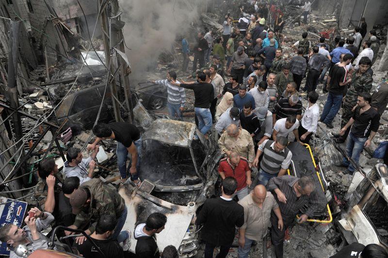 <strong>L'escalade</strong>. Des habitants inquiets inspectent le lieu d'une explosion dans un quartier résidentiel de Damas. Un attentat a provoqué la mort de cinq personnes et blessé plusieurs dizaines d'autres. La capitale syrienne est à nouveau en proie à la violence. Après 20 mois de combats près de 36.000 personnes ont perdu la vie.