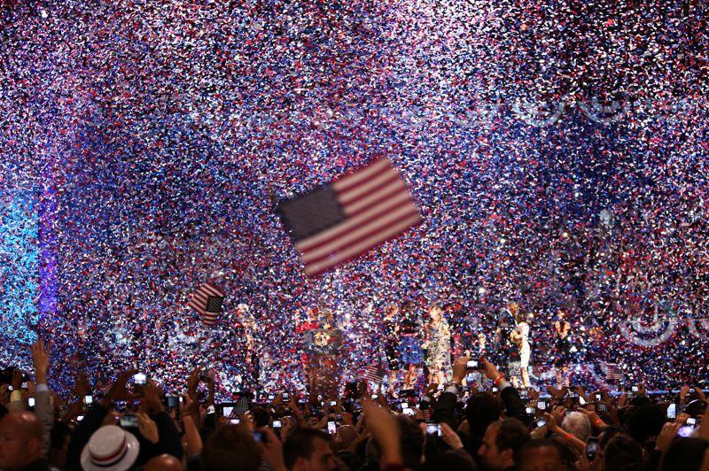 <strong>Déluge.</strong> Une pluie de confettis a inondé le public venu célébrer la victoire de Barack Obama à Chicago. Le président réélu a voulu teinter son intervention d'espoir, clamant que «le meilleur est encore à venir» pour le peuple américain. Il a assuré qu'il revenait «plus déterminé et plus inspiré que jamais» pour ce second mandat à la maison Blanche.