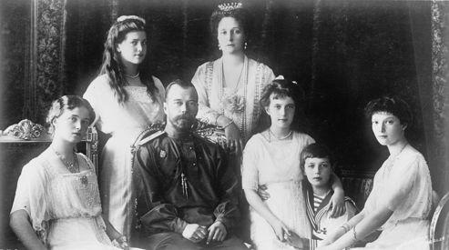 La famille impériale russe, en 1914. (De gauche à droite: la grande duchesse Olga, la grande duchesse Maria, le tsar Nicolas II, l'impératrice Alexandra, la grande duchesse Anastasia, le tsarévitch Alexis et la grande duchesse Tatiana.)