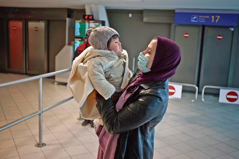 Manil et sa mère, à leur arrivée à l'aéroport de Lyon, en janvier 2012, avant la greffe de moelle osseuse réalisée dans un hôpital français sur l'enfant algérien.
