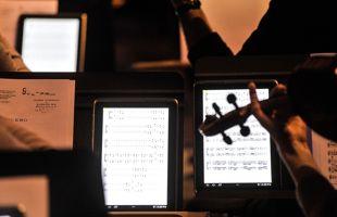 Les instrumentistes sont particulièrement attachés à leurs partitions papier. (SamsungBE)