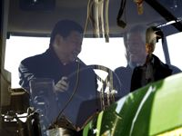 Lors de son retour en février 2012 en Iowa au volant d'un tracteur.