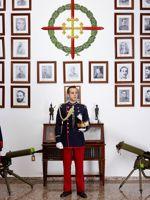 Devant les portraits de ses aînés, ce cadet espagnol de l'Académia general militar de Saragosse fondée en 1882 prend la pause comme le ferait un modèle de Vélasquez.