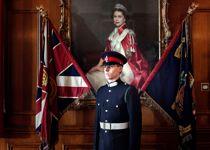 Sévère et tendu, sous le regard de la reine, ce futur officier de la Royal Military Academy de Sandhurst (Angleterre) semble fait de cire.