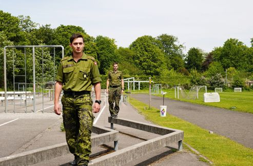 En treillis aussi verts que le gazon de la Haerens Officersskole, ces danois se fondent dans le paysage.