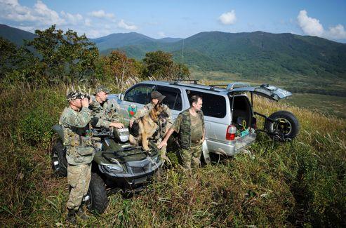 Serguei Bereznuk ( à droite) accompagne la brigade anti-braconnage. Dans cette région, à l'ouest de Vladivostok, près de la frontière chinoise, les tigres de Sibériecôtoient les dernières panthères de l'Amour.