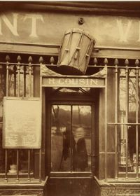 Un remarquable tirage d'Eugène Atget (1908):  Au tambour: 63 quai de la Tournelle . Le photographe promena son objectif dans toutes les ruelles et arrière-cours parisiennes.