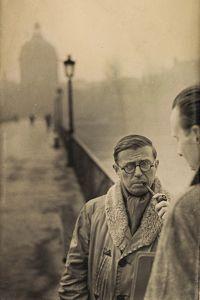 Jean-Paul Sartre, Paris , 1946, d'Henri Cartier-Bresson. A travers un geste, un regard, une posture, le photographe savait saisir le tempérament et l'âme de ses modèles.