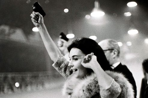 «J'allais à la recherche de la photo pour elle-même, un peu comme on fait un poème», affirmait Cartier-Bresson, à l'affût permanent de l'actualité ( La course cycliste des Six jours de Paris , en 1950).