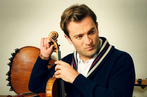 Chez son luthier, Pierre Barthel (rue de Rome, à Paris), qui entretient son violon, le fameux Guarnerius del Gesu nommé «Panette» (1737). L'instrument a appartenu à Issac Stern, acheté pour lui par la Banque suisse italienne (BSI).