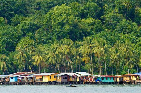 Pour rejoindre le Gaya Island Resort, notre havre balnéaire après la jungle, le transfert depuis Kota Kinabalu révèle les villages des Bajaus, les Gitans de la mer.