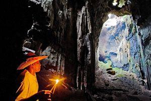 Peuplées d'hirondelles, les grottes de Gomantong sont depuis le XIVème siècle le trésor des communautés du lfeuve. La récolte des nids, qui se négocient jusqu'à 1750 euros le kilo, est désormais réglementée.