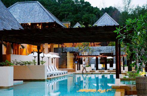 Des villas noyées dans la végétation et une jolie piscine sont, avec le spa, les atouts du Gaya Island Resort.