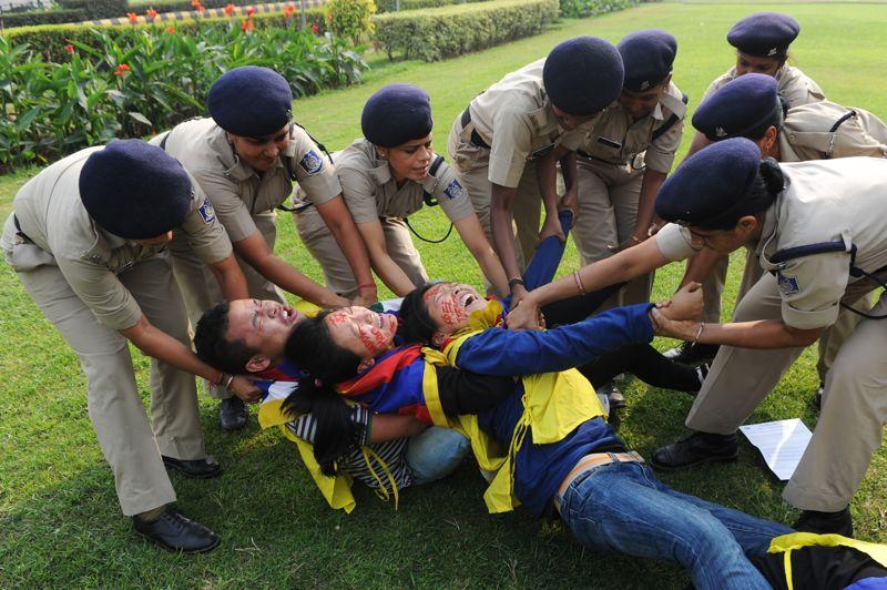 <strong>Résistance</strong>.Ces manifestants tibétains protestaient lundi contre le gouvernement chinois… à New Delhi. C'est en effet en Inde que le gouvernement tibétain est exilé depuis 1959, date de la fuite du Dalaï Lama, son chef spirituel. Une situation déplaisante pour les autorités indiennes qui pourrait être source de tensions, dans un contexte de rivalité entre les deux puissances émergentes voisines.