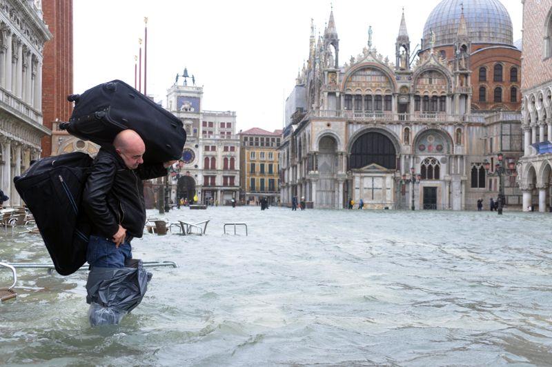 <strong>Les pieds dans l'eau</strong>. L' «acqua alta» a une nouvelle fois touché Venise. Cet homme en fait les frais, obligé de porter ses valises sur son dos. Le phénomène de montée des eaux dans la cité des Doges a donné lieu au spectacle étonnant d'une place Saint-Marc transformée en une gigantesque piscine. L'ensemble du nord et du centre de l'Italie subissent des pluies torrentielles depuis dimanche.