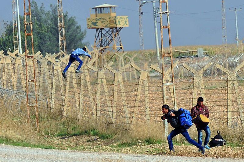<strong>Escalade du conflit</strong>.Fuyant les combats sanglants qui déchirent leur pays, c'est sans doute remplis d'espoir que ces trois jeunes syriens passent la frontière pour gagner l'asile turc. Mais la prospérité n'est pas forcément au bout du chemin et c'est surtout la dure réalité des camps qui les attend. La Croix Rouge a lancé aujourd'hui un appel pour lever des fonds afin d'aider les 170.000 réfugiés syriens en Turquie.