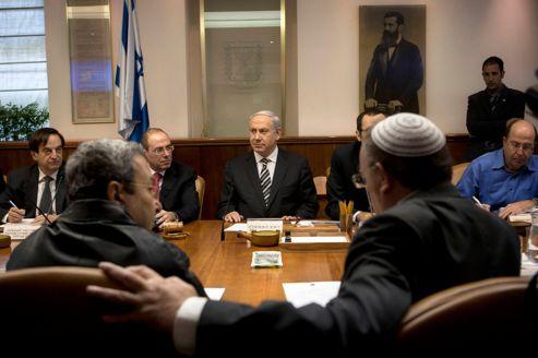 Le premier ministre israélien, Benyamin Nétanyahou (au centre) , et Ehoud Barak (à gauche), le ministre de la Défense, dimanche lors de la réunion hebdomadaire à Jérusalem.