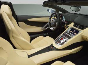 Traité luxueusement, l'habitacle de l'Aventador Roadster est une invitation au voyage.