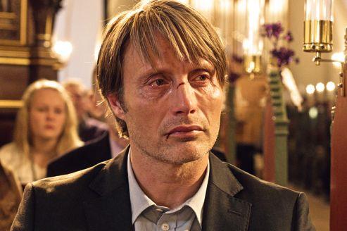 Lucas (Mads Mikkelsen), accusé d'abus sexuel par sa fille, se bat pour sa dignité.