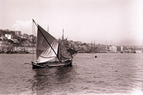 <i>Vue sur la mosquée et le palais de Dolmabahçe</i> (Istanbul, 1903-1905), photographie de Pierre Loti.