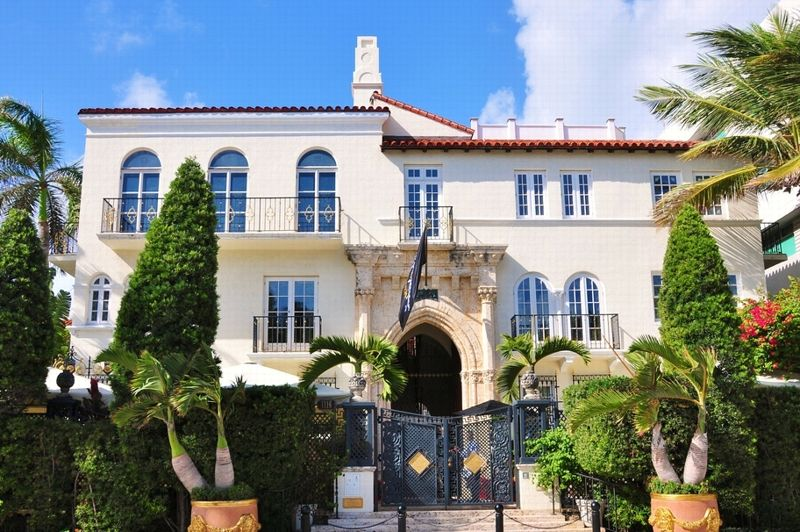 It was in 1992 that Gianni Versace moved into the Casa Casuarina located at 1116 Ocean Drive in Miami Beach, Florida.  Five years later, he was assassinated at his sumptuous villa by the American serial killer Andrew Cunanan.  At the height of his fame, the fashion designer is at the head of a powerful company that he himself created 29 years ago with her sister and her brother, Donatella and Santo Versace.