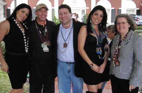 Natalie Khawam, la sœur jumelle de Jill, David Petraeus, Scott et Jill Kelley, et Holly Petraeus posent pour une photo lors d'une fête en janvier 2010.