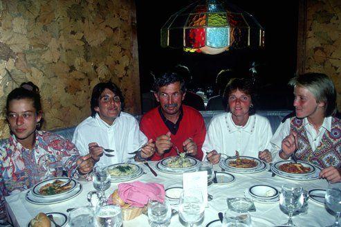 Régis de Camaret entouré des joueuses Nathalie Harreman, Sophie Amiach, Nathalie Tauziat et Isabelle Demongeot, en 1990 lors du tournoi de Key Biscayne en Floride.