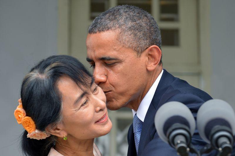 <strong>La visite.</strong> Le président américain Barack Obama, en visite historique à Rangoun pour soutenir les réformes politiques en cours, a été reçu lundi au domicile de l'opposante birmane Aung San Suu Kyi. Les deux lauréats du prix Nobel de la paix (1991 et 2009) s'étaient déjà rencontrés brièvement en septembre, à la Maison Blanche. Ils se sont entretenus cette fois dans la maison de famille de Suu Kyi, où elle a passé 15 ans en résidence surveillée.