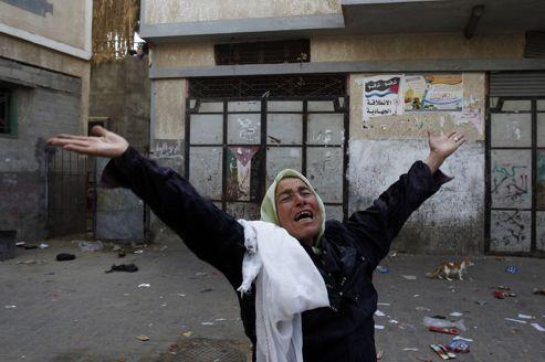 Une femme pleure après un bombardement des forces aériennes israéliennes qui a détruit sa maison, dans le nord de Gaza.