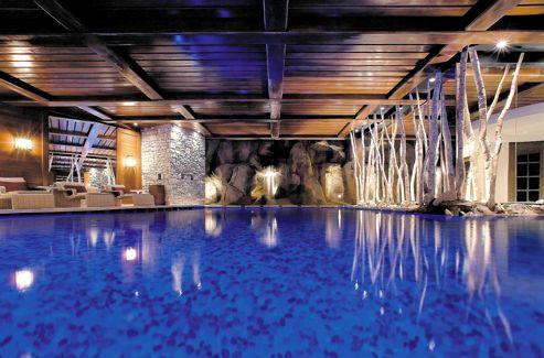 La sublime piscine du Cheval Blanc, palace des neiges, ouvert sur les pistes.