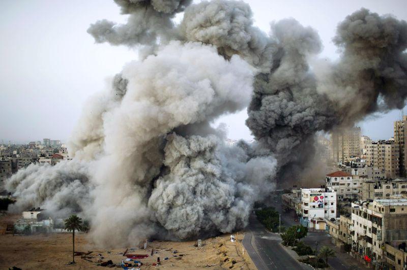 <strong>La réplique</strong>. Comme les fumerolles d'une éruption volcanique, le nuage de poussière provoqué par le bombardement de deux immeubles, qui abritaient des bureaux du Hamas et un «centre de presse», monte lentement dans le ciel de Gaza. Depuis le début de l'offensive, lancée en représailles à des tirs de roquettes sur l'Etat hébreu, 114 Palestiniens ont été tués et 920blessés, selon des sources médicales. Trois israéliens ont péri. Une semaine après le déclenchement de l'opération «Pilier de défense», Israël a provisoirement repoussé l'option d'une offensive terrestre dans la bande de Gaza. La parole est pour l'instant à la diplomatie internationale, qui multiplie les tentatives pour empêcher une escalade de plus en plus meurtrière dans une région au bord de l'explosion.