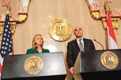 Hillary Clinton au côté du ministre égyptien des Affaires étrangères.