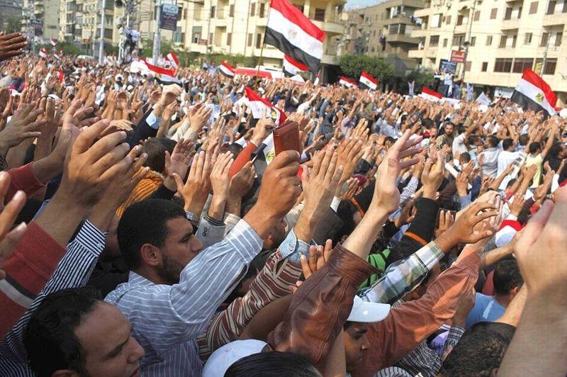 Devant le palais présidentiel au Caire, des partisans de Morsi se sont rassemblés à l'appel des Frères Musulmans.