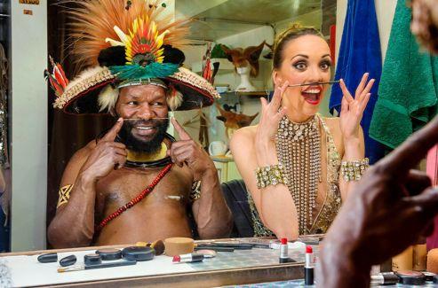 Dans les coulisses du célèbre cabaret, Julie Bruyère s'amuse à imiter Mundiya Kepanga.