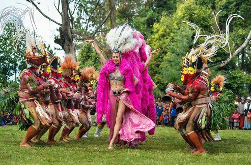 Après dix jours de répétition intensive, la troupe se produit devant des centaines de Papous interloqués.