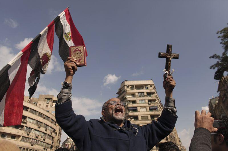 Sur la place Tahrir au Caire, après la prière hebdomadaire musulmane en début d'après-midi, des opposants s'étaient regroupés contre Morsi surnommé «le nouveau pharaon».