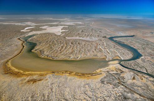 Une vue aérienne dévoile les secrets du plus grand bassin de drainage du monde. Lorsque les précipitations sont suffisamment fortes, le flot des rivières venues du nord du Queensland conflue vers la partie nord du lac Eyre.