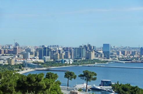 Bordée par la Caspienne, la ville moderne de Bakou, où l'architecture soviétique recule peu à peu devant les gratte-ciels (Valérie Sasportas).