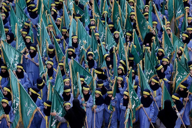 <strong>Fête sous haute protection</strong>. Les musulmans célébraient Achoura ce dimanche. À Beyrouth ces jeunes libanaises se sont ainsi rassemblées pour commémorer la mort de l'Imam Hussein, petit-fils du prophète Mahomet. Une fête principalement chiite, qui ravive l'opposition avec les Sunnites. Sur le chemin vers le lieu saint de Kerbala en Irak, il arrive que les pèlerins soient victimes d'attaques menées par des extrémistes sunnites.