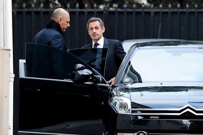 <strong>Le retour?</strong> Certains le voient comme l'ultime recours pour mettre fin à la lutte fratricide à laquelle se livrent Jean-François Copé et François Fillon à la tête de l'UMP. Nicolas Sarkozy a fait en quelque sorte son grand retour dans la vie publique, déjeunant avec François Fillon ce lundi midi. Alors que le parti est au bord de l'implosion, l'ancien président ne devrait cependant pas intervenir publiquement.