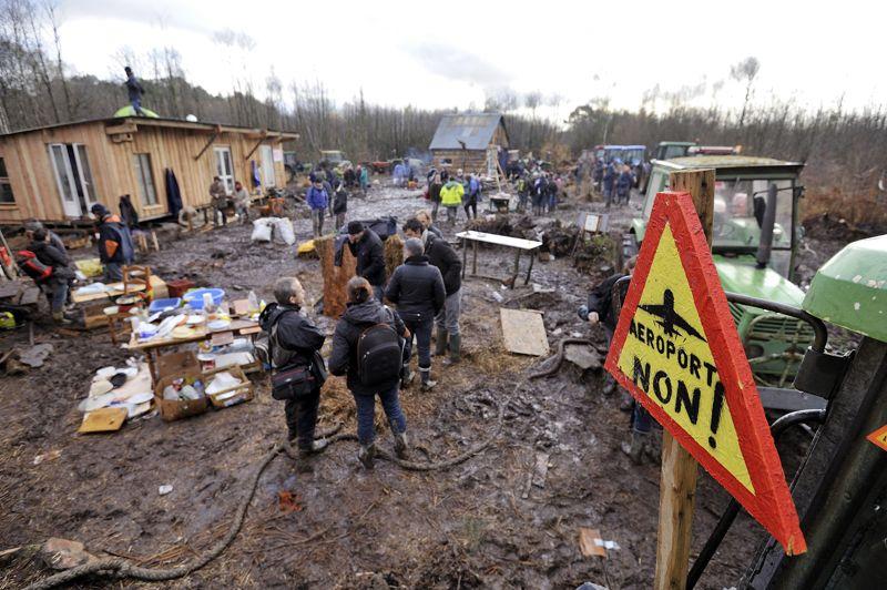 <strong>Opération reconquête</strong>. Les manifestants ont réinvesti lundi le site du futur aéroport de Notre-Dame-des-Landes, érigeant des barricades à l'aide de tracteurs. Après l'intervention des forces de l'ordre vendredi, Jean-Marc Ayrault avait proposé une commission de dialogue. Une tentative d'apaisement à nuancer, car le gouvernement ne compte «aucunement revenir sur le projet d'aéroport», selon les mots de Najat Vallaud-Belkacem, porte-parole du gouvernement.