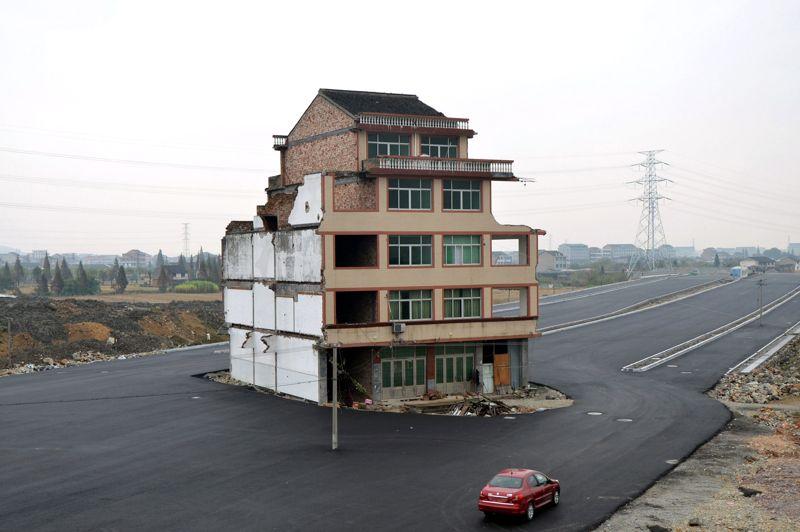 <strong>Seuls contre tous</strong>. C'est l'histoire du pot de terre contre le pot de fer, mais en version chinoise. Farouchement opposées à la construction d'une autoroute sous leurs fenêtres et déterminées à rester dans leur maison de cinq étages coûte que coûte, deux familles de la ville de Wenling, dans la province du Zhejiang, dans l'est du pays, ont réussi l'impossible. Malgré de nombreuses offres alléchantes de rachat et des tentatives musclées pour leur faire plier bagage, elles ont tenu bon. Comme une île plantée au beau milieu du bitume encore frais de la voie rapide, leur logement est demeuré intact. Les voitures doivent donc ralentir et contourner l'obstacle avant de prendre à nouveau de la vitesse. Une situation ubuesque. Qui craquera le premier?