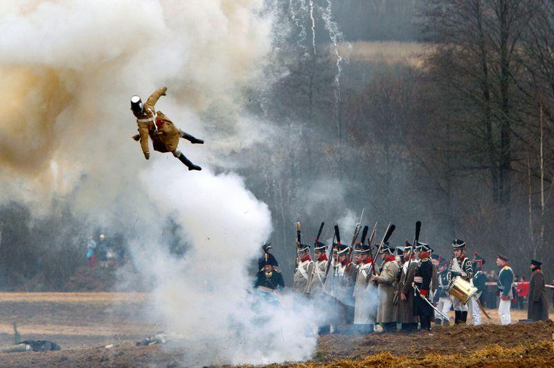 <strong>Vol au vent</strong>. Sous le regard impassible de leurs officiers, ces fantassins ne bougent pas d'un millimètre alors que l'artillerie pilonne intensément leur ligne. Projeté par le souffle des boulets explosifs, le corps disloqué, mais gonflable, d'un mannequin vole dans les airs. Le premier acte de la reconstitution de la funeste bataille de la Berezina, organisée le 24 novembre dernier près de Brilevskoe, en Biélorussie, pour célébrer les 200 ans de l'affrontement qui ébranla définitivement le prestige militaire de l'Empire français, s'achève. Pour y parvenir, des centaines de figurants passionnés venus d'une dizaine de pays ont fait le déplacement. Avec minutie, mais en mettant les grands moyens, ils ont reproduit fidèlement les grandes lignes de la bataille.