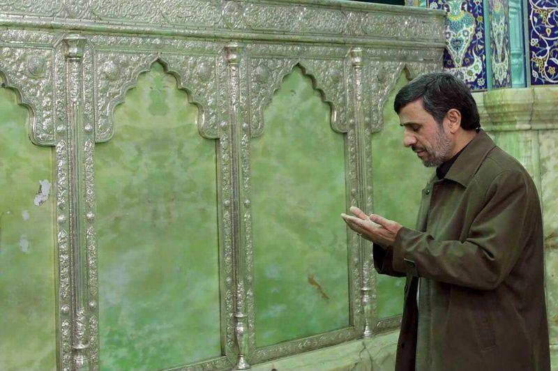 <strong>Recueilli.</strong>Dans un pays ou la religion est intimement liée à l'état, une telle image du président en prière n'est pas surprenante. À la tête de la première puissance chiite du monde, le chef d'état iranien Mahmoud Ahmadinejad a participé aux cérémonies de la fête d'Achoura, commémorant la mort de l'Imam Al Hussein, petit-fils du prophète Mahomet.