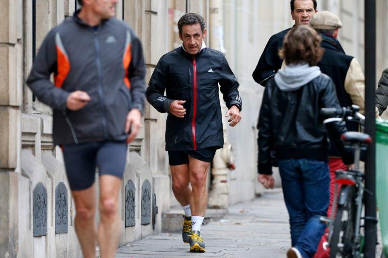 <strong>L'entremetteur</strong>.Il n'est pas difficile d'imaginer à quoi pouvait penser Nicolas Sarkozy pendant sa séance de jogging habituelle… La débâcle de l'UMP a forcé l'ancien président à revenir sur le devant de la scène. Il s'est donc jeté à son tour dans la mêlée, faisant montre de son autorité pour trouver une sortie de crise. Mais pour l'instant rien n'y fait, même l'ancien chef incontesté du parti semble impuissant pour trouver un compromis. Mais il ne capitule pas, aux dernières nouvelles l'ancien président aurait déjeuné avec Jean François Copé jeudi midi.